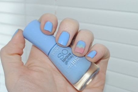 bourjois+so+laque+glossy+Adora-bleu-06-swatch