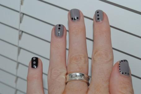 dotty-nail-art-taupe-black