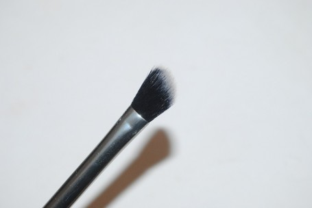 real-techniques-nic's-picks-angled-shadow-brush-review