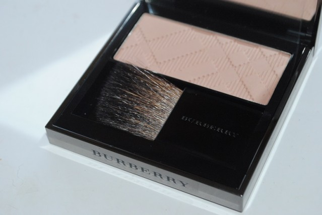 simple-contouring-burberry-light-glow-blush-earthy-07