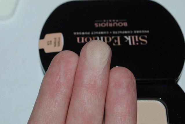 bourjois-silk-edition-compact-powder-swatch-52-vanille