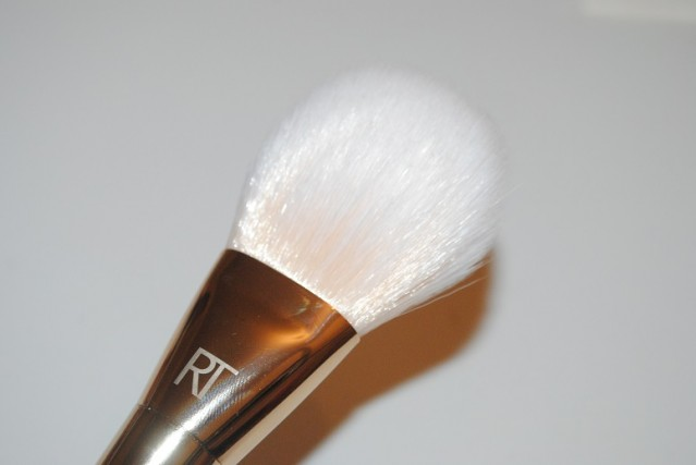 real-techniques-bold-metals-gold-100-arched-powder-review