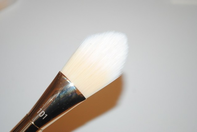 real-techniques-bold-metals-gold-101-triangle-brush-review-3