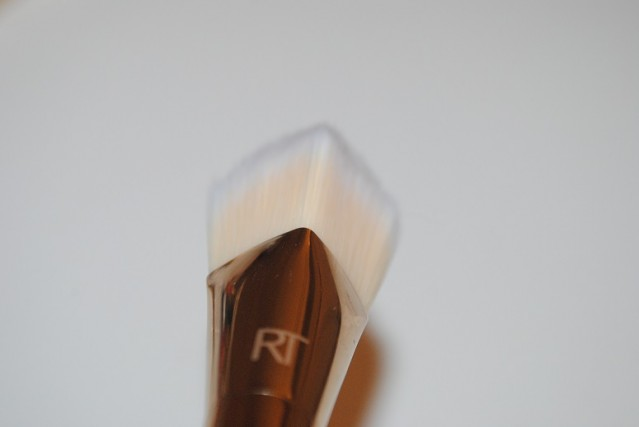 real-techniques-bold-metals-gold-101-triangle-brush-review-5