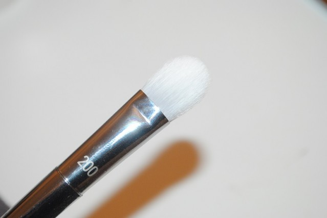 real-techniques-bold-metals-platinum-200-oval-shadow-brush-review-2