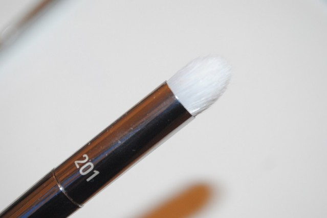 real-techniques-bold-metals-platinum-201-pointed-crease-brush-review