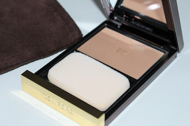 tom-ford-flawless-powder-foundation-review-swatches