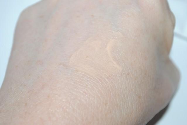 elemis-pro-radiance-illuminating-eye-balm-swatch