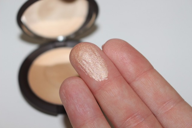 becca-shimmering-skin-perfector-poured-swatch-moonstone