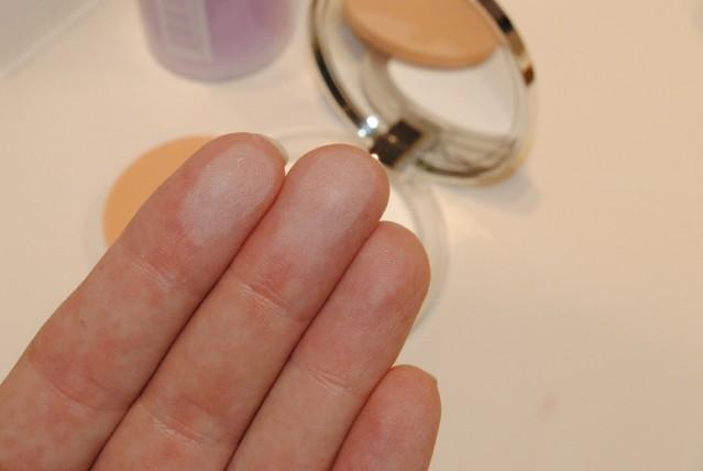 clinique-universal-stay-matte-blotting-powder-swatch