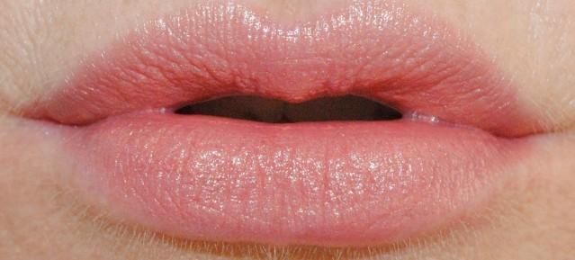 clinique-kiss-the-bride-swatch-honeymoon