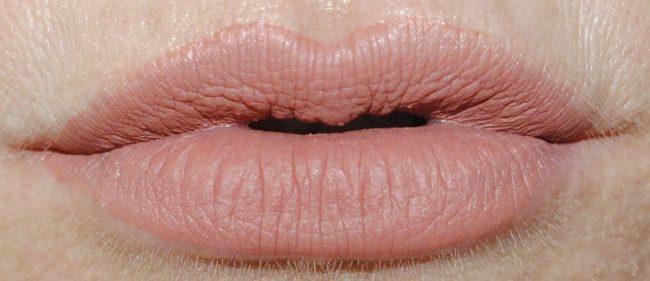 Huda Beauty Liquid Matte Review & Swatches - Bombshell