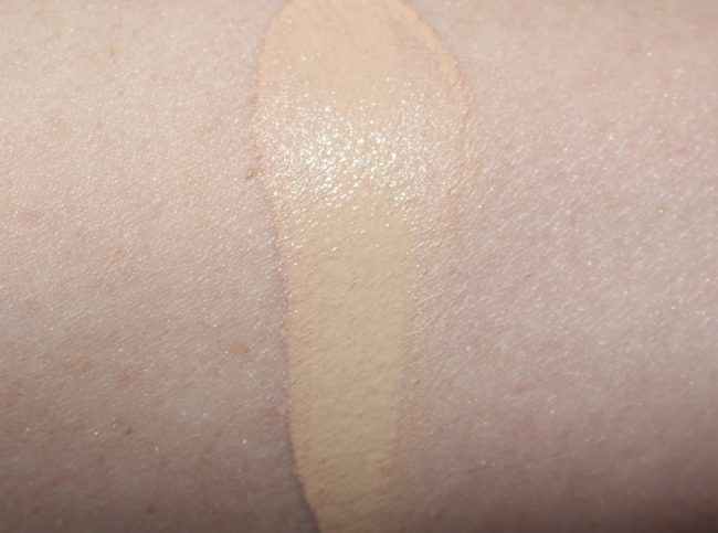 La Mer Luminous Lifting Cushion Foundation Swatch - Warm Ivory